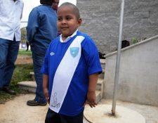 Dieguito portó con mucha alegría la camisola firmada por Carlos Ruiz. (Foto Prensa Libre: Hemeroteca PL)