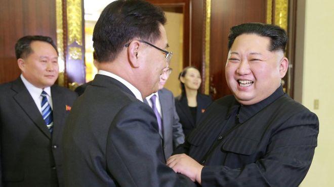 El líder norcoreano Kim Jong-un fue retratado dándoles la bienvenida a los miembros de la delegación surcoreana. REUTERS