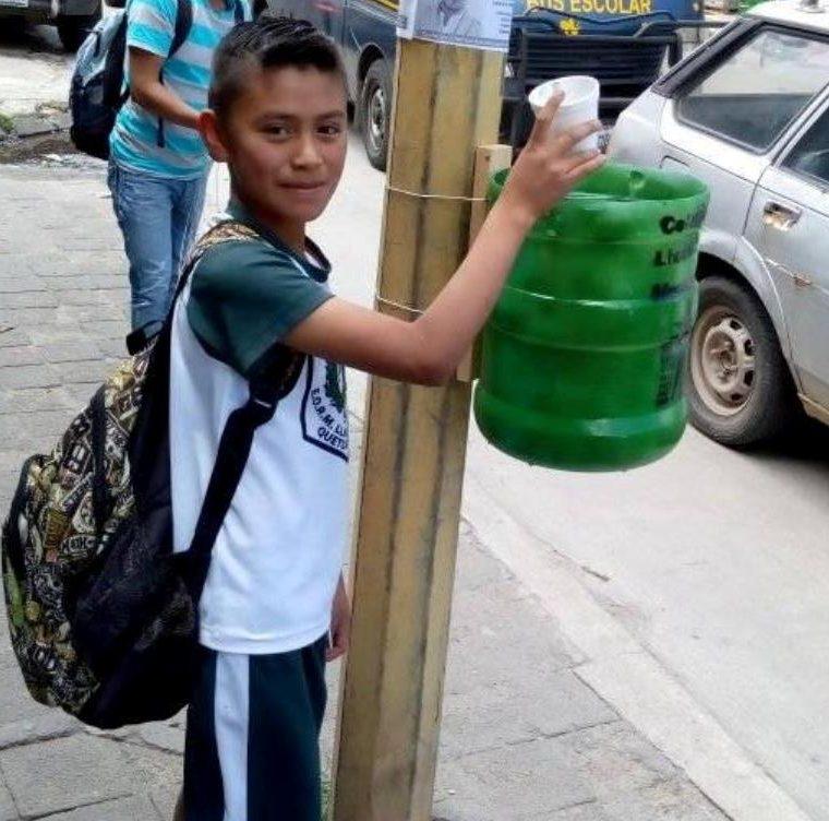 Niños utilizan los basureros que ya instalaron los integrantes del movimiento junto a otros vecinos. (Foto Prensa Libre: María Longo)