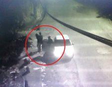 Momento en que los sospechosos sacan a la joven cerca del barranco donde le dieron muerte. (Foto Prensa Libre)