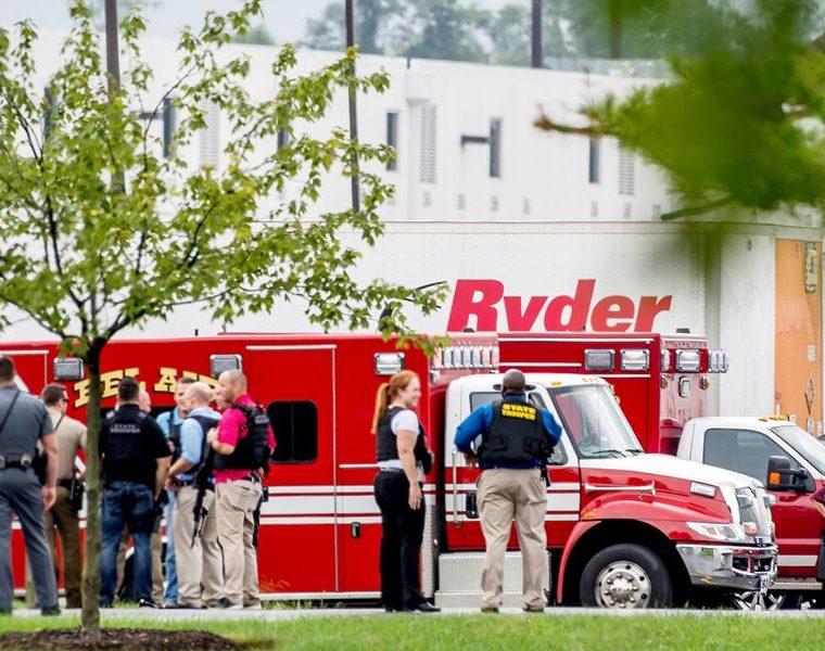 Efectivos de seguridad permanecen junto a unos almacenes de Aberdeen, Maryland, EE.UU. (Foto Prensa Libre: EFE)