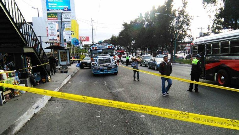 Bus extraurbano que se dirigía a San Marcos queda detenido en la calzada Roosevelt por la muerte de un pasajero durante un asalto. (Foto Prensa Libre: Estuardo Paredes)