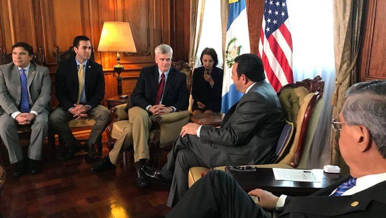 Senadores de EE.UU. conversan con el presidente Jimmy Morales y el vicepresidente Jafeth Cabrera. (Foto Prensa Libre: Secretaría de Comunicación Social de la Presidencia)