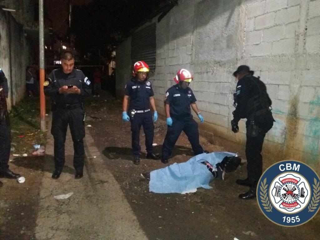 Una mujer murió ultimada en la 7a avenida y 22 calle, Villa Lobos. Foto Prensa Libre: Bomberos Municipales.