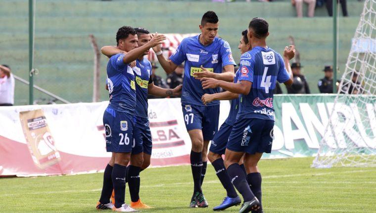 Los jugadores de Suchitepéquez tienen la presión de ganar y esperar que Xelajú MC haga lo mismo, para permanecer en la Liga Nacional. (Foto Prensa Libre: Hemeroteca PL)