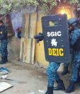 PNC difunde video dramatizado de un allanamiento y captura. Supuesto pandillero les colabora para actuar. (Foto Prensa Libre: PNC)