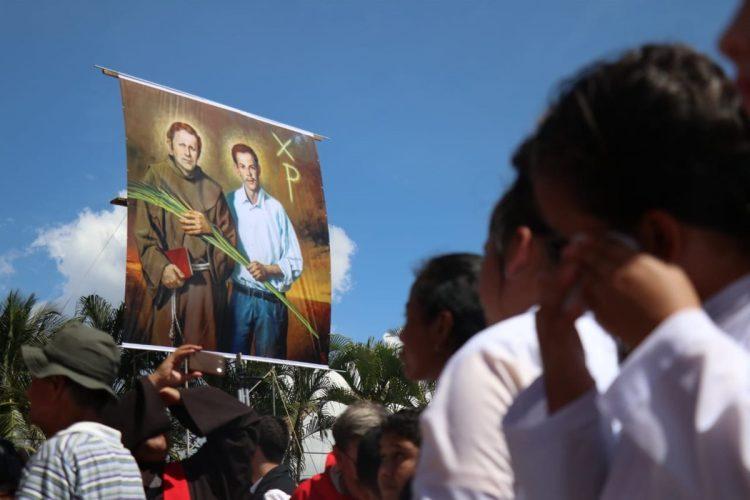 Momento de la develación de la imagen oficial de la beatificación de los mártires de Izabal.