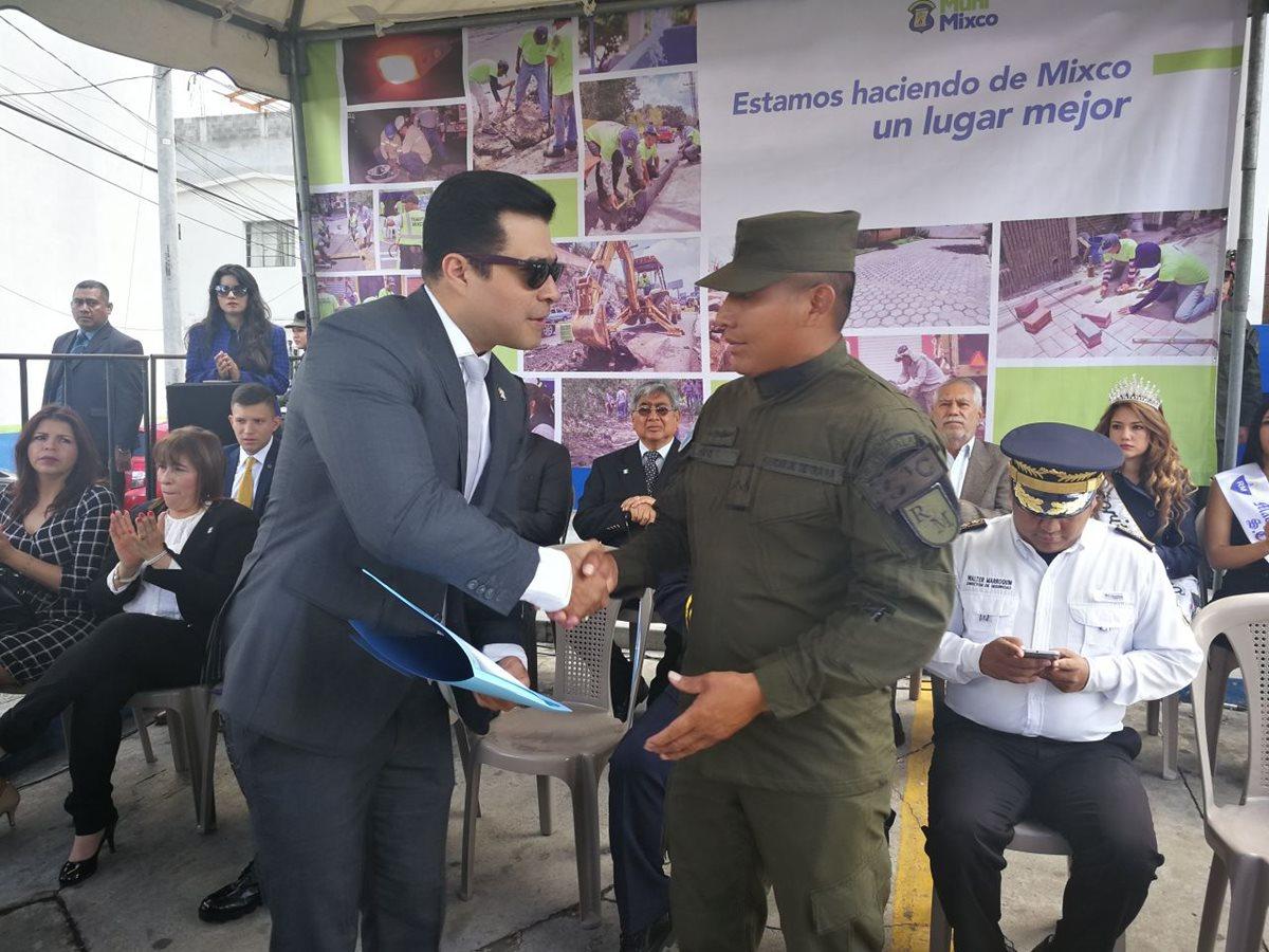 Neto Bran, alcalde de Mixco, saluda a un soldado, durante la celebración del Día del Ejército. (Foto Prensa Libre: Óscar Felipe)