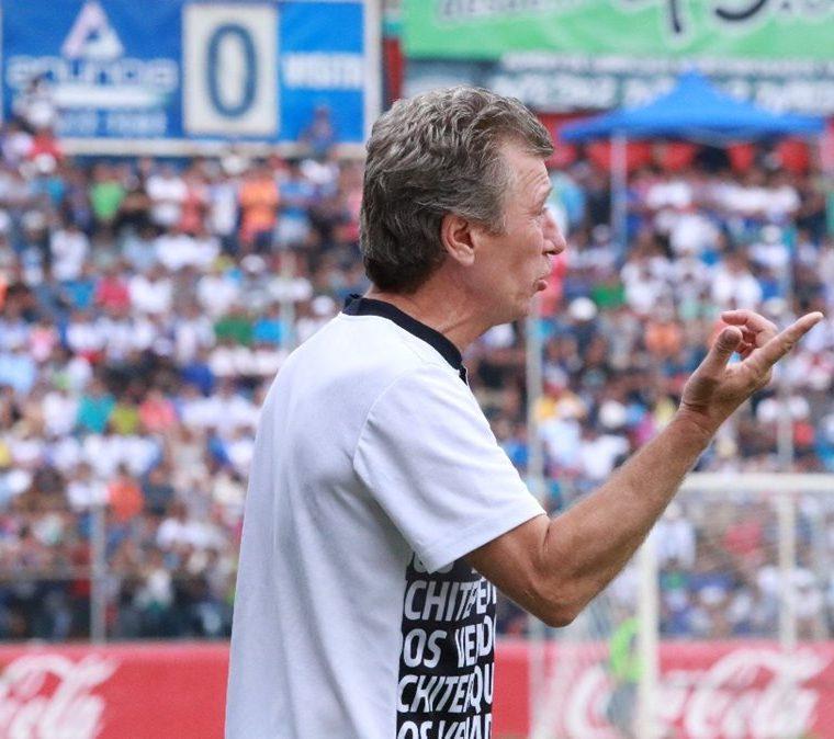 Eduardo Méndez, entrenador de Suchitepéquez le da instrucciones a los jugadores venados. (Foto Prensa Libre: Cristian Soto)