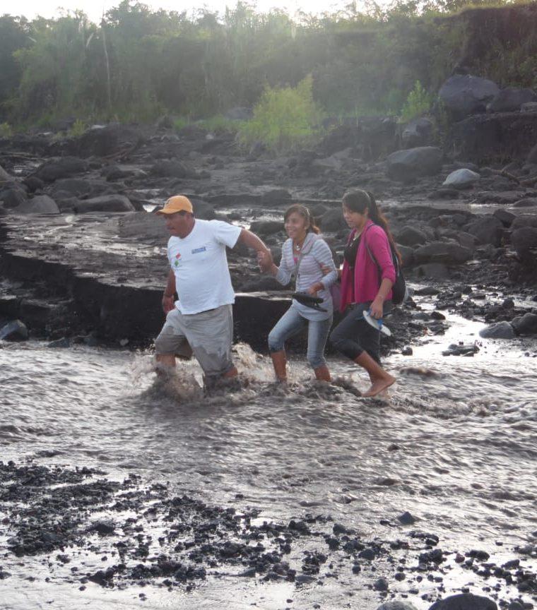 Tres pobladores cruzan un río por la falta de puentes. (Foto Prensa Libre: Víctor Chamalé).