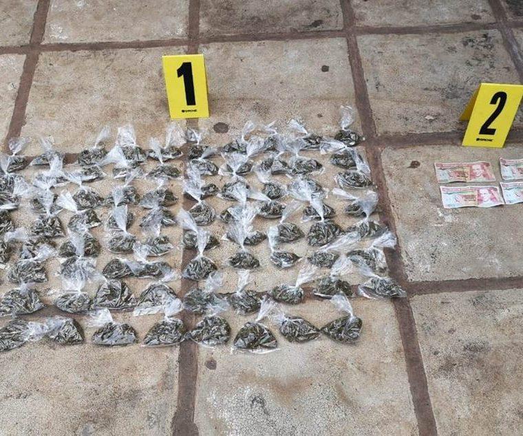 Las autoridades decomisaron droga y dinero durante los allanamientos. (Foto Prensa Libre: PNC)