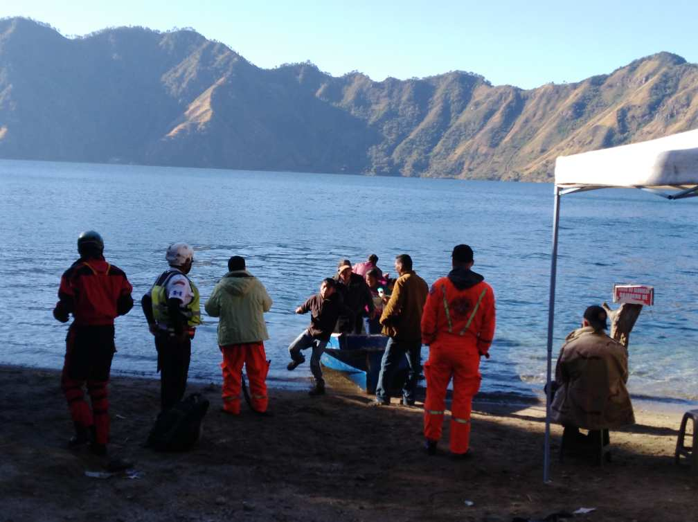 Los Bomberos Voluntarios trabajaron por varias horas para localizar el cuerpo del estadounidense Justin Seth Booska. (Foto Prensa Libre: CBV)