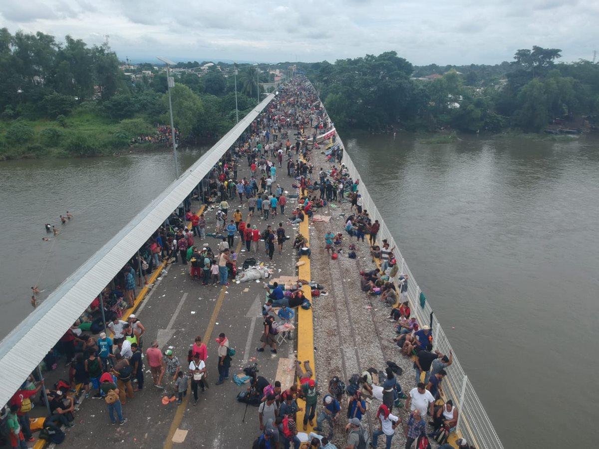 Migrantes hondureños permanecen en la frontera esperando poder pasar a México. (Foto Prensa Libre: Mario Morales)