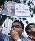 Dos hombres protestan en fecha reciente contra la decisión de Trump de prohibir el ingreso de ciudadanos musulmanes a EE. UU. (Foto Prensa Libre: EFE).
