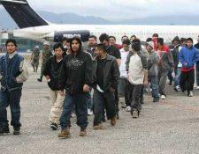 Deportados descienden de un avión en la Fuerza Aérea de Guatemala. (Foto Prensa Libre: Hemeroteca PL)