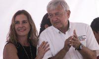 Beatriz Gutiérrez Müller acompaña en mitin a Andrés Manuel López Obrador. (AFP).