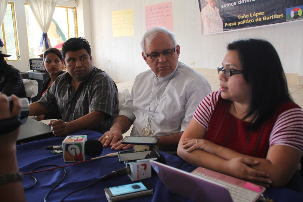 El obispo Álvaro Ramazzini y representantes del Consejo de Pueblos de Occidente, durante conferencia en la ciudad de Huehuetenango. (Foto Prensa Libre: Mike Castillo).