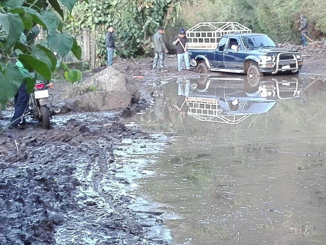 Un deslizamiento de tierra dejó bloqueado el paso por kilómetro 172 de la ruta entre San Marcos La Laguna y San Pedro La Laguna en Sololá. (Foto Prensa Libre: Ángel Julajuj)