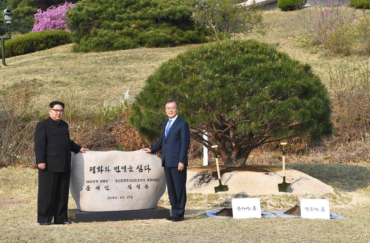 """Kim Jong Un (I) y Moon Jae-in (D) posan frente a una piedra con la leyenda """"Paz y Prosperidad.(FOTO Prensa Libre:AFP)."""