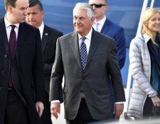 Serguéi Lavrov, canciller ruso, llega a aeropuerto ruso. (Foto Prensa Libre: AFP)