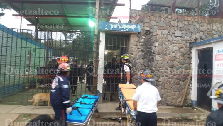 Los cuerpos de socorro ingresan al centro carcelario para atender a los reos heridos. (Foto Prensa Libre: María José Longo)