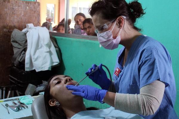 Especialista de Estados Unidos atiende a una paciente    en San Cristóbal Verapaz.