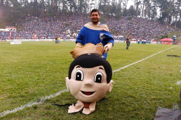 La mascota de Cobán Imperial animó a los aficionados. (Foto Prensa Libre: Eduardo Sam)