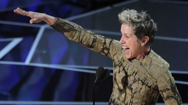 """La protagonista de """"Tres anuncios por un crimen"""", Frances McDormand, estaba radiante al recibir el Oscar. REUTERS"""