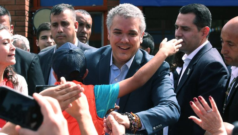 El candidato presidencial Iván Duque (d) saluda a sus simpatizantes a su llega a su puesto de votación, en Bogotá (Colombia). (Foto Prensa Libre: EFE/Mauricio Dueñas Castañeda)