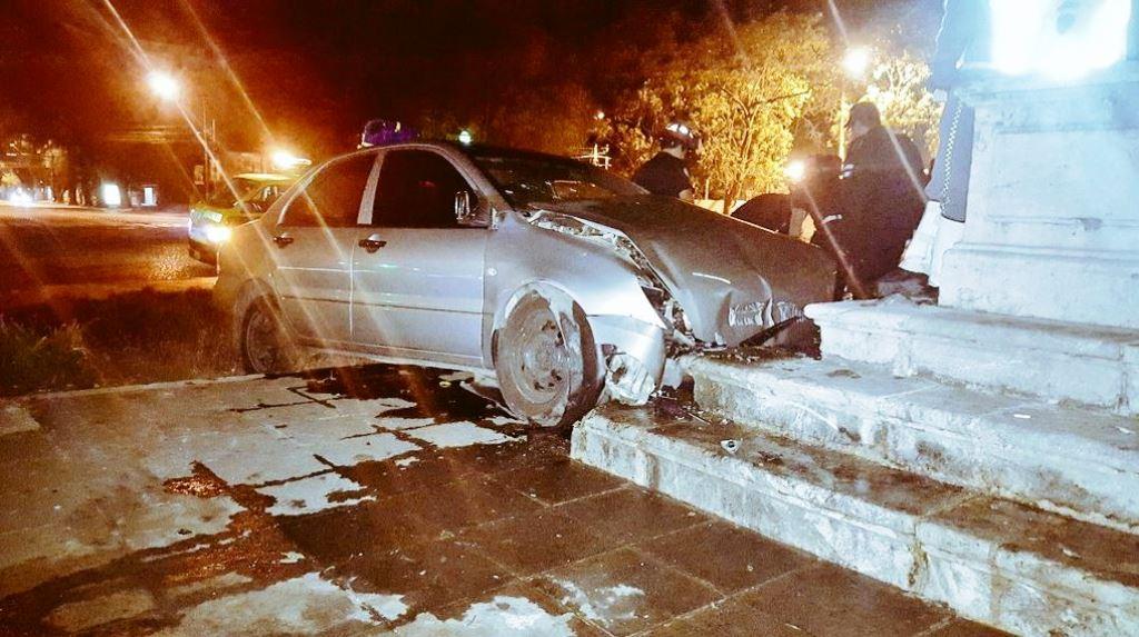 El 5 de febrero último, un conductor se empotró en contra de la fuente de la Plaza España y dañó una columna. (Foto Prensa Libre: Hemeroteca PL)