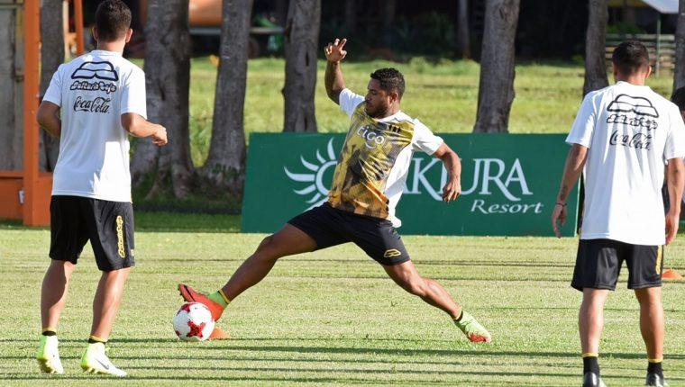 El jugador peruano, Gino Guerrero -Centro- participó en los entrenamientos del Guaraní los primeros días de enero. (Foto Prensa Libre: AFP)