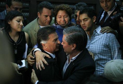 Portillo es felicitado por su amigo Mario Estrada, quien acudió a la audiencia en el Tribunal Undécimo de Sentencia. (Foto Prensa Libre: Erlie Castillo)