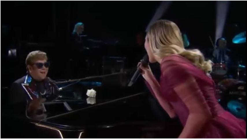 Elton John y Miley Cyrus cantaron a dúo Tiny Dancer, en la gala de los Grammy 2018. (Foto Prensa Libre: YouTube)