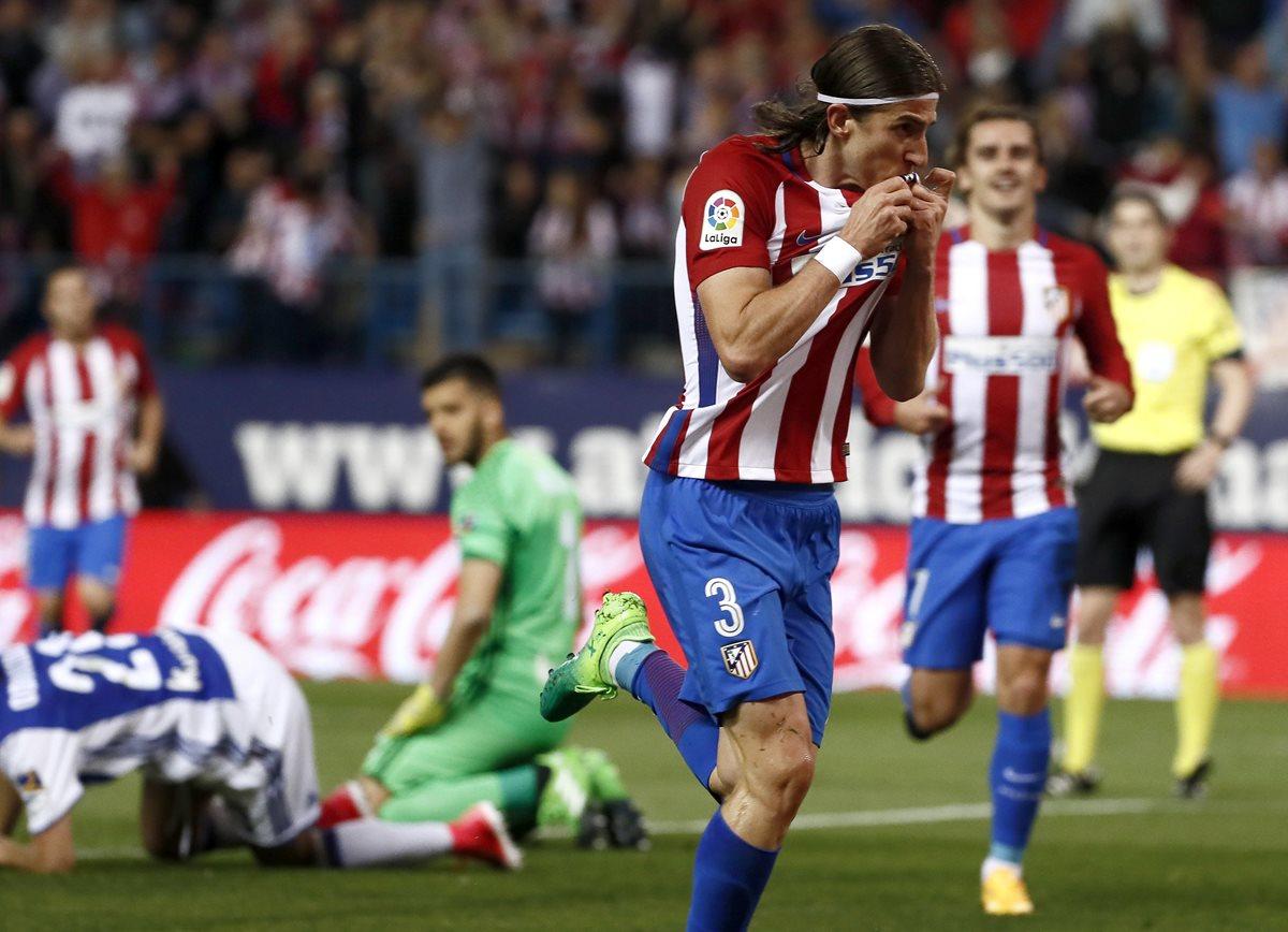 El brasileño Filipe Luis celebra después de anotar el primer gol del Atlético de Madrid contra la Real Sociedad. (Foto Prensa Libre:EFE)