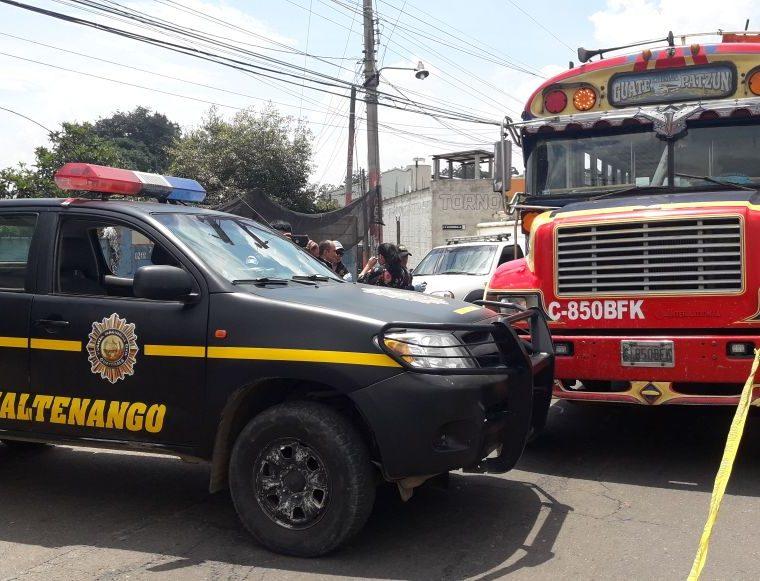 El ataque contra un autobús en el km 58 de la ruta Interamericana le causó la muerte a un piloto y su ayudante, en Patzún, Chimaltenango. (Foto Prensa Libre: Víctor Chamalé)