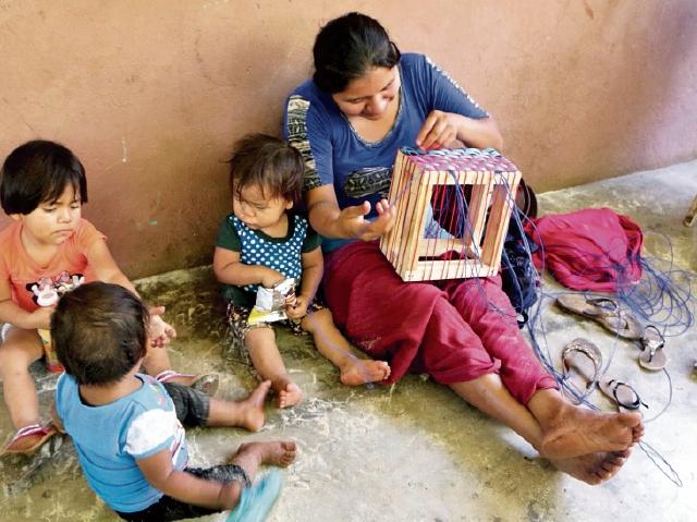 Mujeres elaboran canastas plásticas