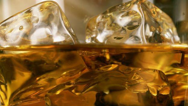 La costumbre de echarle hielo al whisky —y a muchas otras bebidas— es un rastro de la estrategia de Tudor. GETTY IMAGES