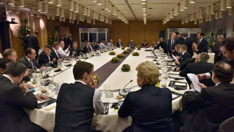 Jefes de Estado y Gobierno de la UE participan en una mesa redonda en la cumbre de la UE en Bruselas, Bélgica el viernes. (Foto Prensa Libre: EFE).
