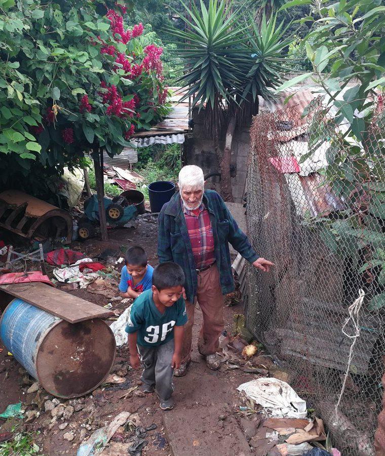Abuelo y nietos tienen la esperanza de un futuro mejor. (Foto Prensa Libre: Oscar García).