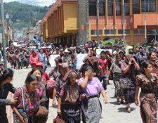 Pobladores de la cabecera de Sololá efectúan caminata en rechazo a resultados de elección municipal. (Foto Prensa Libre: Ángel Jujajuj)