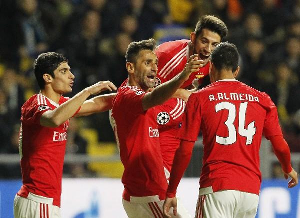 Un doblete del mexicano Raúl Jiménez evita la derrota del Benfica