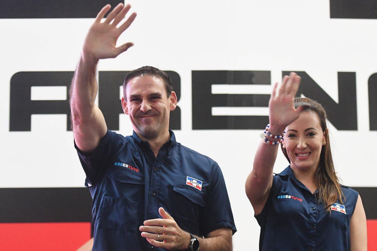 Ernesto Muyshondt, candidato a alcalde de San Salvador y su esposa Karla Belismelis de Muyshondt celebran la victoria con partidarios en San Salvador.(AFP).