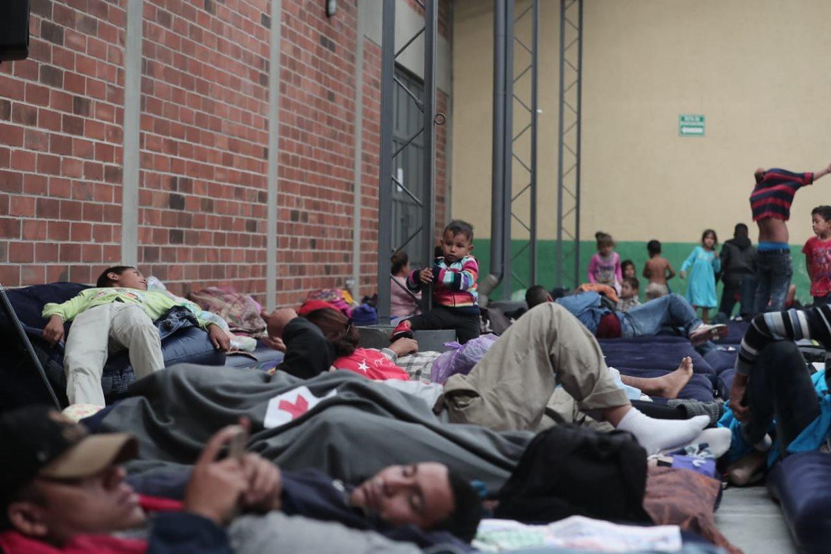 Hondureños descansan en la capital luego de tres días de viaje. (Foto Prensa Libre: Juan Diego González)