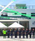 Socorristas frente a la fachada del nuevo edificio de la 86 Compañía de Bomberos Municipales de Huité, Zacapa. (Foto Prensa Libre: Héctor Contreras)