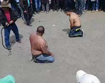 Reciben 50 latigazos como castigo por presuntamente haber robado un carro