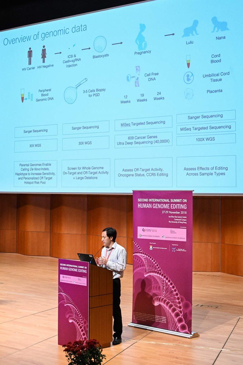 El científico chino He Jiankui explica su proyecto en Hong Kong. (Foto Prensa Libre: AFP)