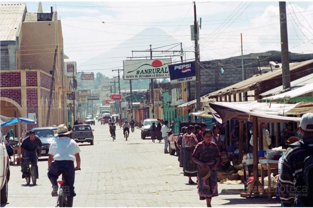 Calle actual de San Juan Comalapa, Chimaltenango. El terremoto de 1976 le cambió la fisonomía al municipio. (Foto: Hemeroteca PL)