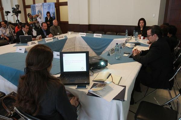 Diputados de Encuentro por Guatemala, sociedad civil y empresas de telefonía discuten sobre el bloqueo de señal en centros carcelarios. (Foto Prensa Libre: Estuardo Paredes)