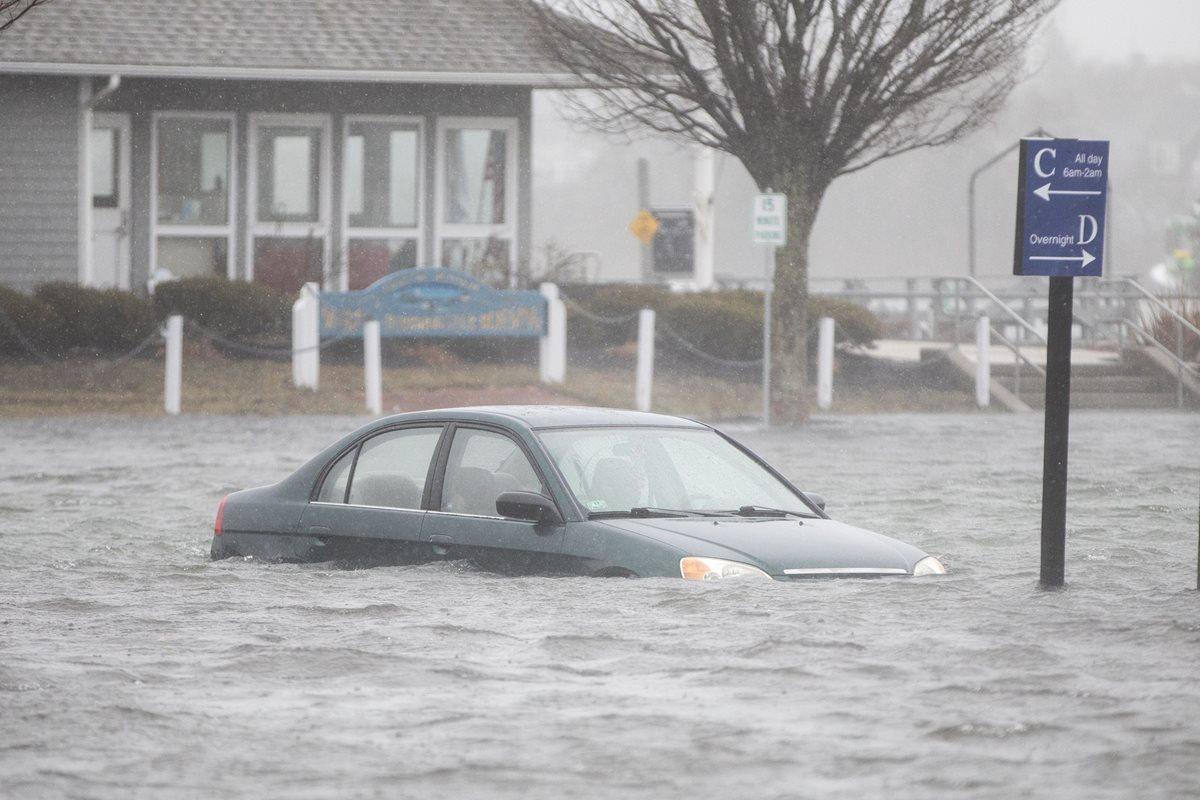 Un automóvil queda inundado estacionado en Front St. afectado por la tormenta costera en Scituate, Massachusetts. (Foto Prensa Libre:AFP).