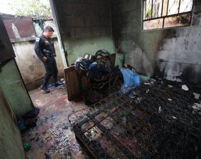 El incendio registrado en una casa de la colonia la Verbena destruyó una cama, un carruaje y otros objetos personales de la familia. (Foto Prensa Libre: Óscar Rivas)